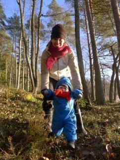 Vauva metsäkävelyllä